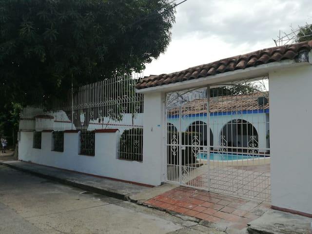 Casa quinta central con piscina. - Melgar - Casa