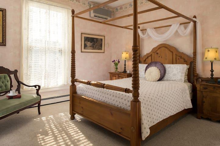 Uncluttered Elegance: Room 11 (2nd Floor)