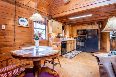 Moose Lake Lodge❤︎ King-bed, Hot Tub, Pet Friendly