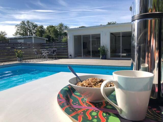 Rymlig och trivsam villa med pool i centrala Sala