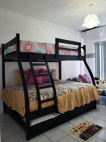2 dormitorio con 4 camas. Espacio para 5 personas. Cómodamente.  2 camas de plaza y media  1 cama de una plaza. 1 cama de 2 plazas ( 2 personas)