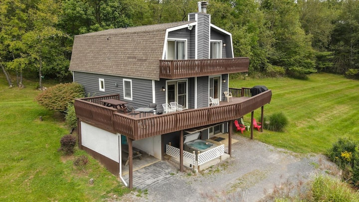 DOGS WELCOME! Lake Access Home w/Hot tub, Fire Pit, & Pool Table!