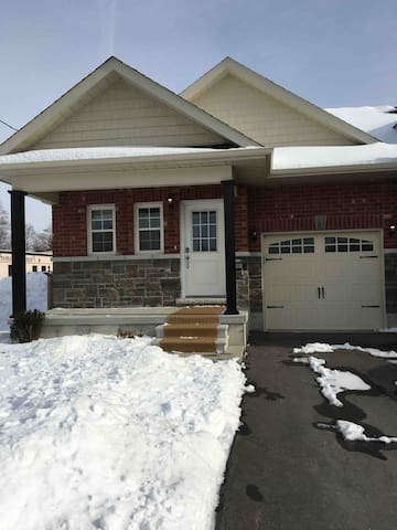 Cobourg Bungalow near Downtown