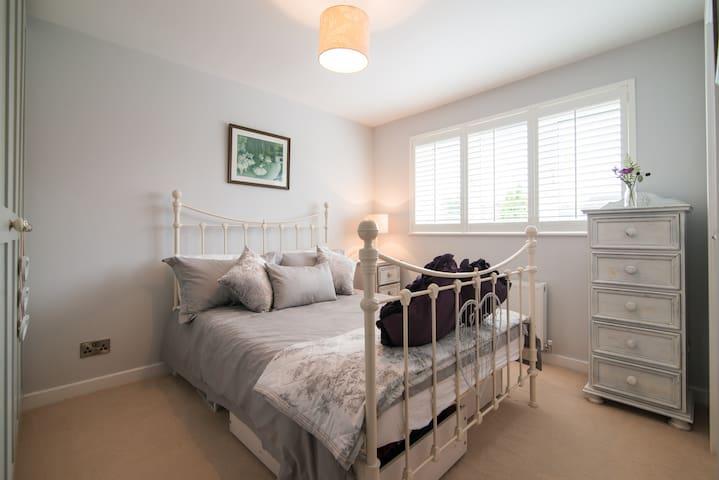 En suite double bedroom close to Wilmslow station