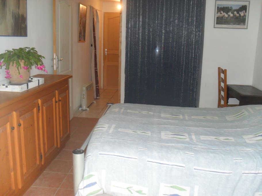 chambre privée côté salle de bain et wc