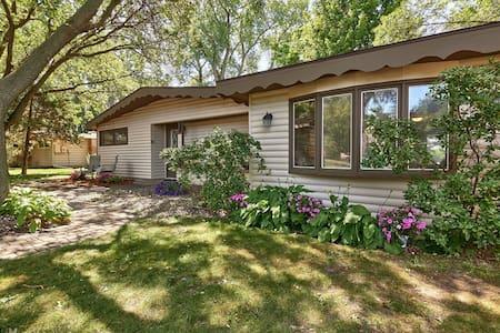 Remodeled lakefront cottage - Casa