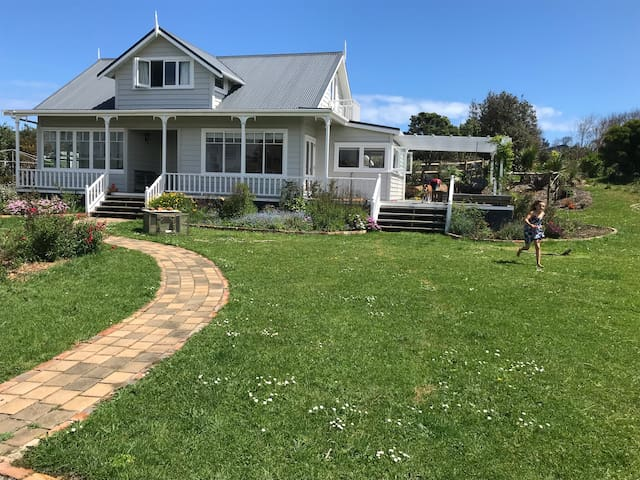 Sunny country villa 5 mins to Muriwai Beach