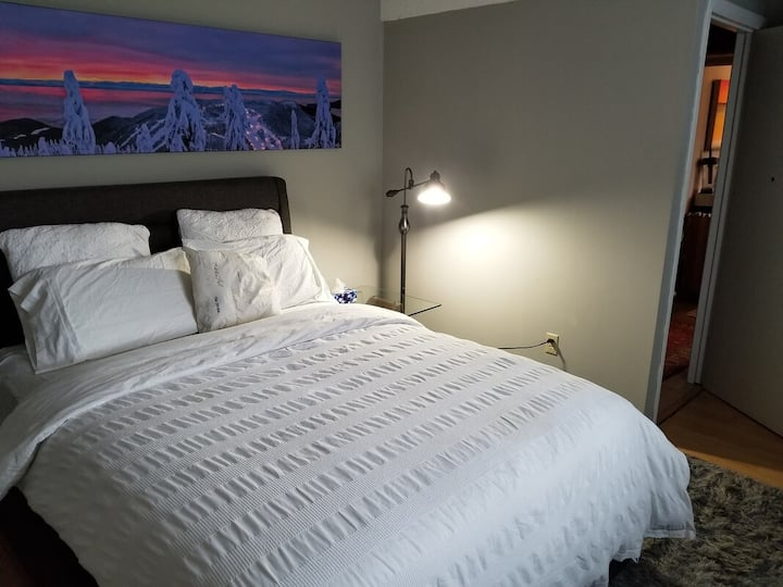Backpacker Student near Simon Fraser University - Private Queen Room w Sofa Bed
