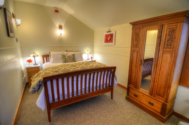 Queen Select Room - The Heron Inn & Day Spa