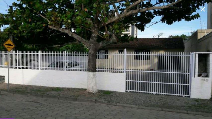 Alugo casa na praia de Perequê Porto Belo SC.