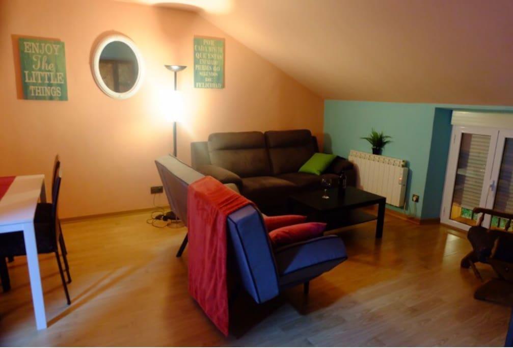 Salón comedor, con sillón cama doble, mesa para comer hasta seis personas, tv, usb Wi-fi, acogedor y climatizado.