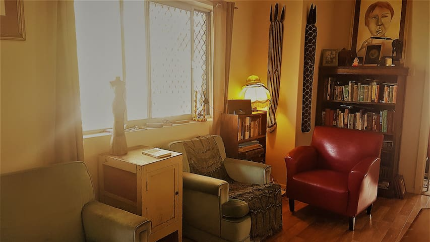 Book-lined apartment near hospitals & transport