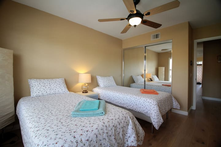 Guest twin rooms with two twin beds