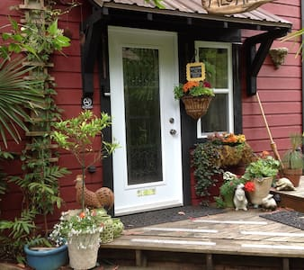 Magnolia Petal  Exotic Garden Suite - Salt Spring Island - Bed & Breakfast