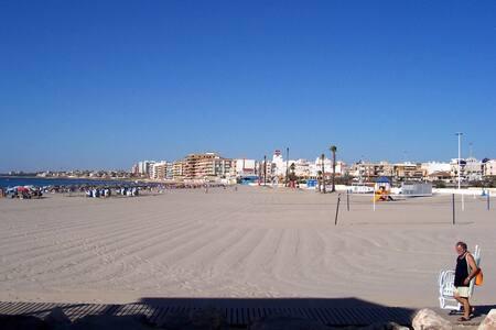 Casa a 4 minutos a pie de la Playa y 10 del Centro