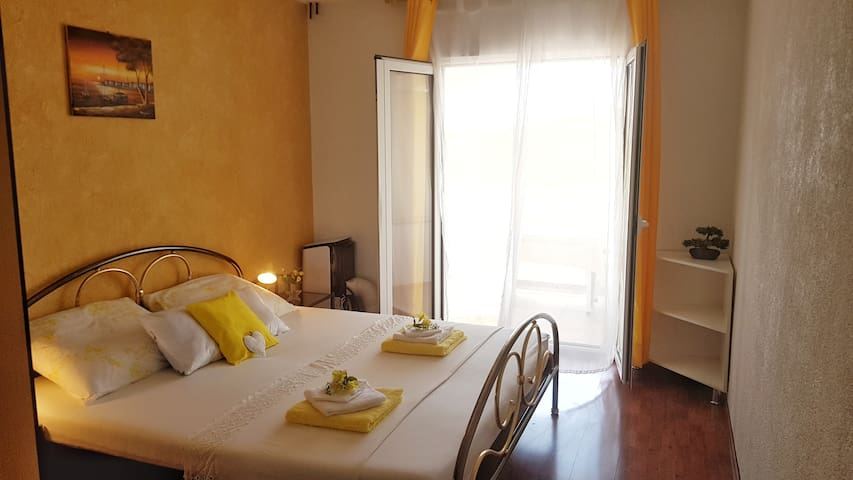 Apartment Yellow with balcony overlooking the sea