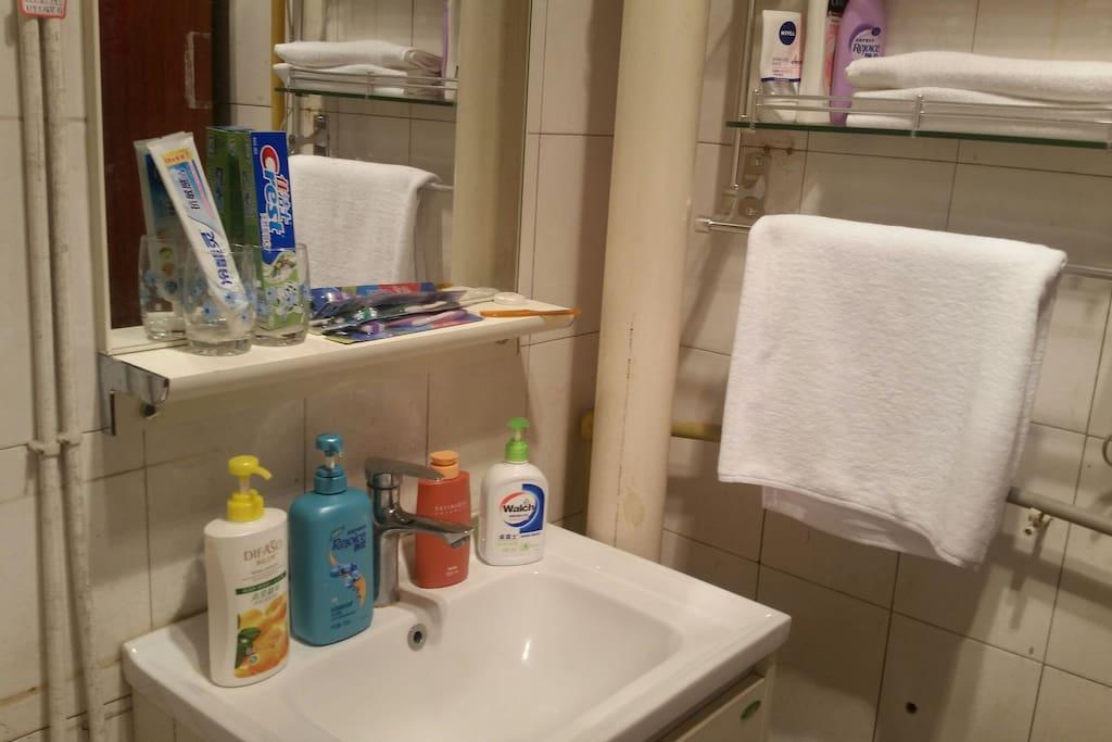 洗手间有洗发水,沐浴露,洗手液,牙膏牙刷毛巾浴巾等。
