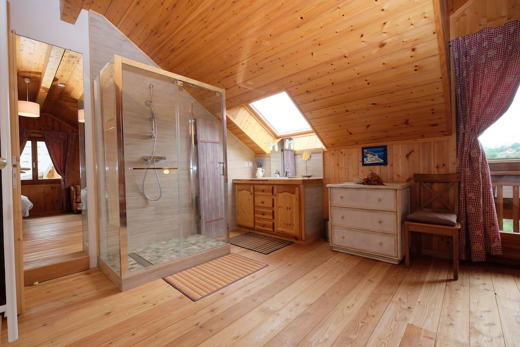 Salle d'eau de la suite parentale avec douche King size,lavabo et WC