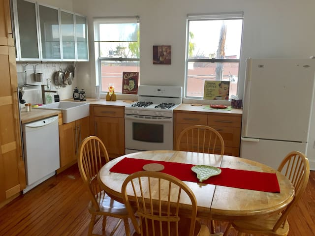 Sunny bright apt. in the heart of Queen's Village