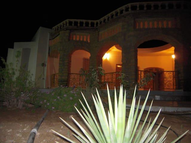 Villa typique à l'ancienne avec piscine