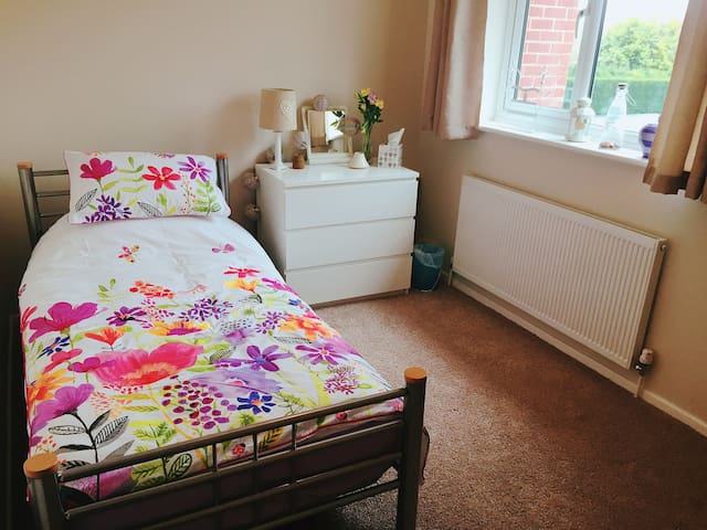 Cosy, comfortable single bedroom in Woodthorpe