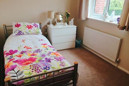 Cosy, comfortable single bedroom in Woodthorpe