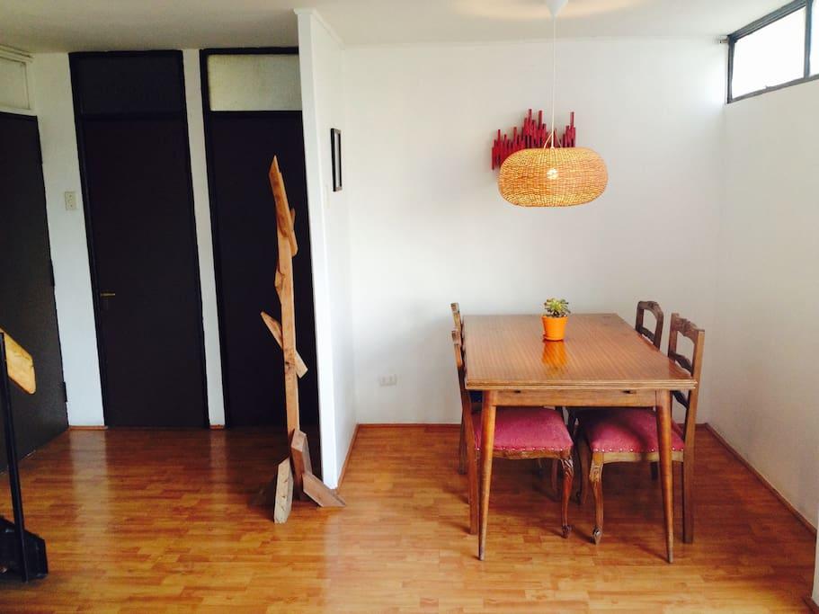 Comedor extendible, posible usarlo con hasta 6 personas cómodamente (primer piso)