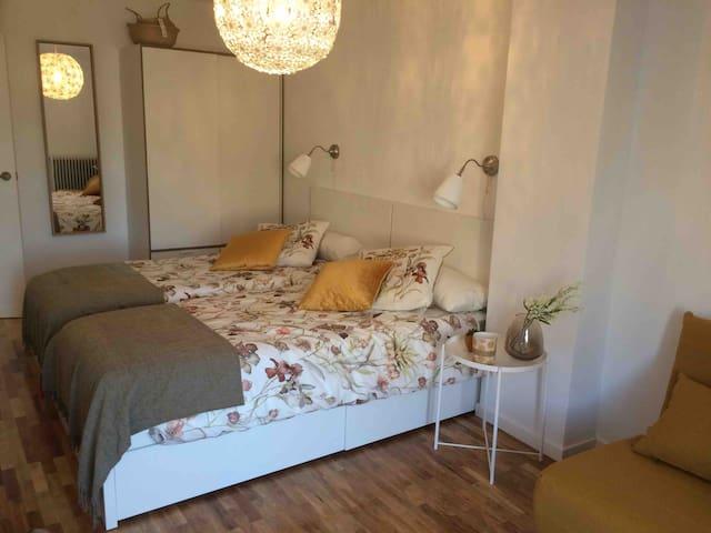 Dormitorio 3. Dos camas individuales, armario y sofá cama individual. Vistas al parque infantil