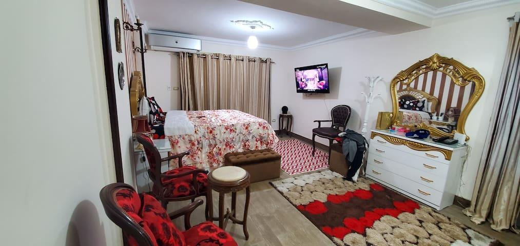 غرفه النوم رقم 1 تطل على البحر مباشرة وبها تكييف وتلفزيون وبها حما خاص بها
