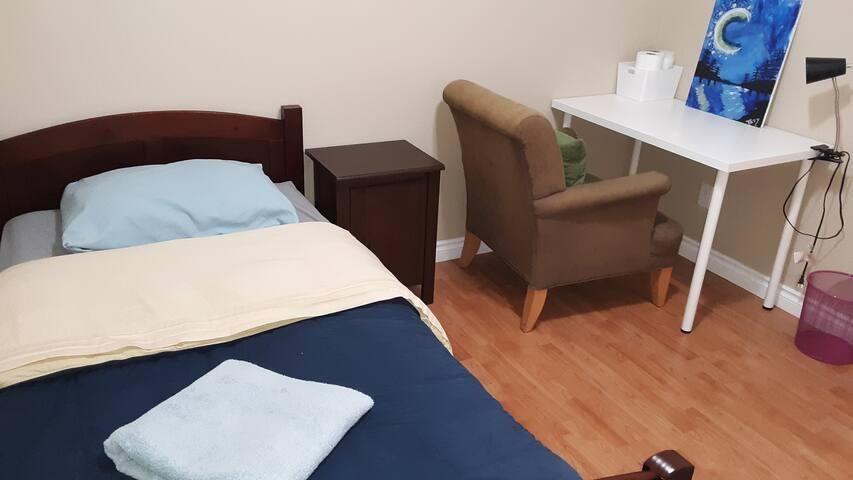 Single room #1 with desk & easy parking - Bellevue
