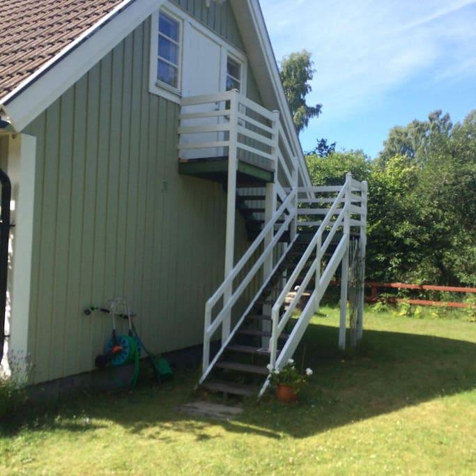 Ingång via egen trappa på utsidan av huset