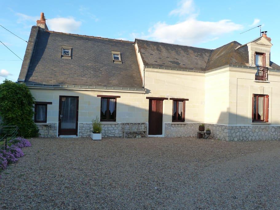 Maison à la campagne, à 3 kms du bourg de St Lambert des levées et à 5 kms de Saumur, proche de la Loire.
