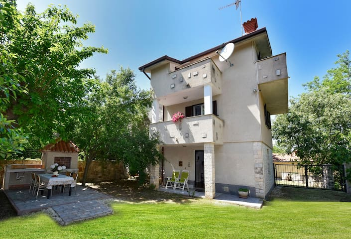 Villa Desy, holiday home with garden and barbecue