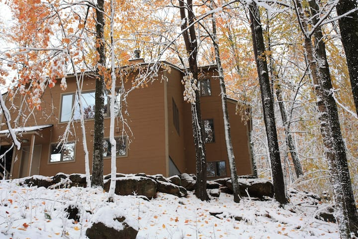 Large Chalet; Sauna, Hot Tub; Walk to Trail
