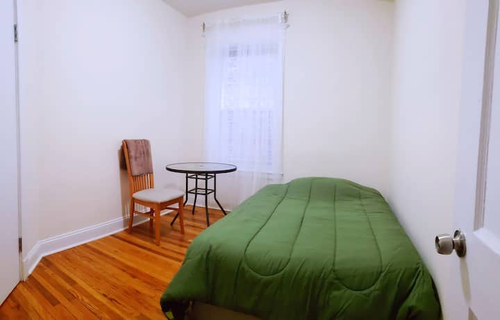 Comfy room 3 miles from downtown area.