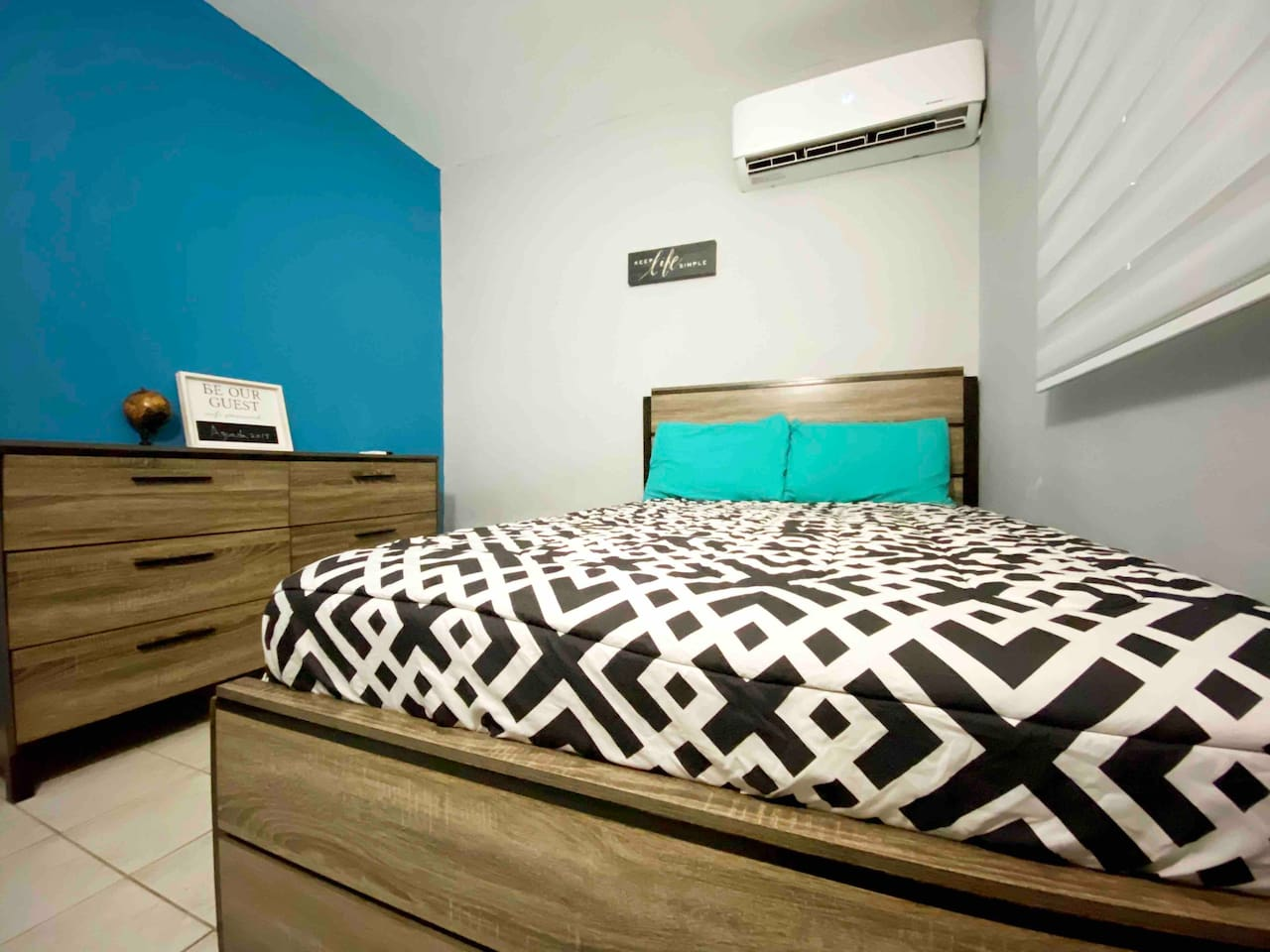 """Full size bed with 18k BTU A/C / 32"""" Smart Tv on the room."""