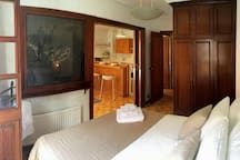 Double room with king size bed and balcony. Habitación confortable con cama doble y balcón.