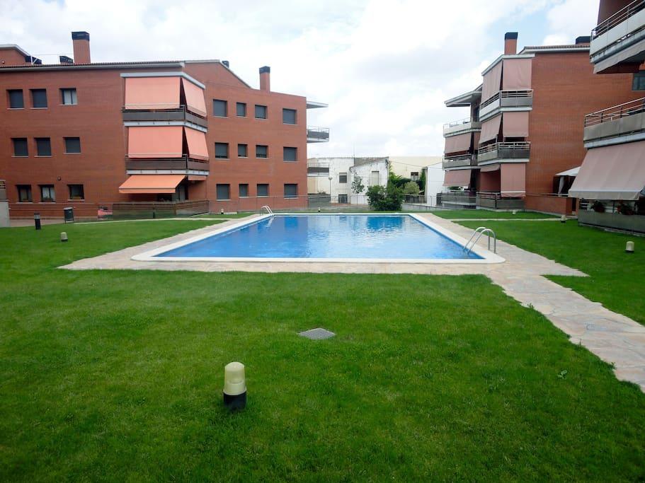 Zona comunitaria con piscina de grandes dimensiones