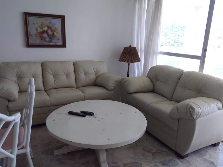 New leather couch and love seat. ( Nuevo Sala)