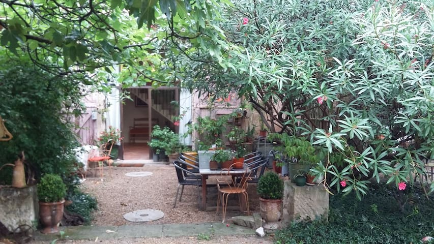 Nice place for 4 persons between Arles and St Remy - Saint-Étienne-du-Grès - House