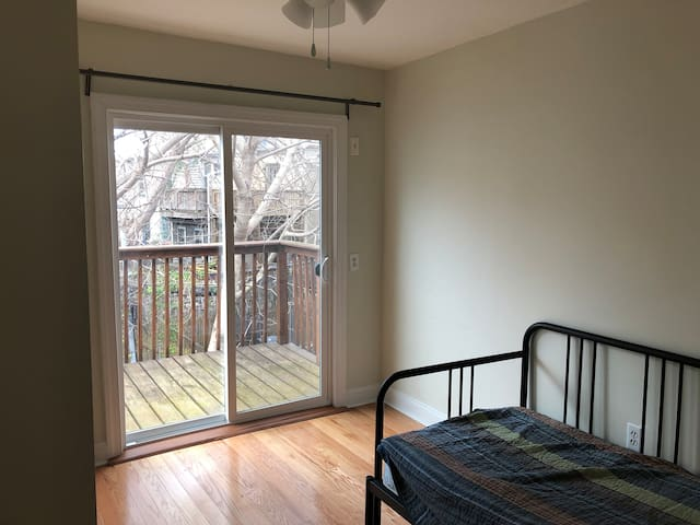 Lovely room with balcony close to Penn's campus