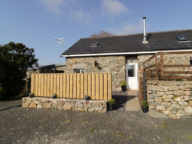 BEUDY ISAF, pet friendly, with open fire in Brithdir, Ref 965287
