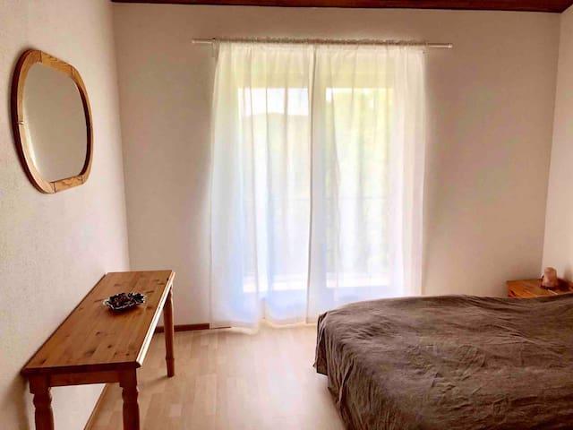 Confortevole camera da letto con passaggio sulla terrazza.