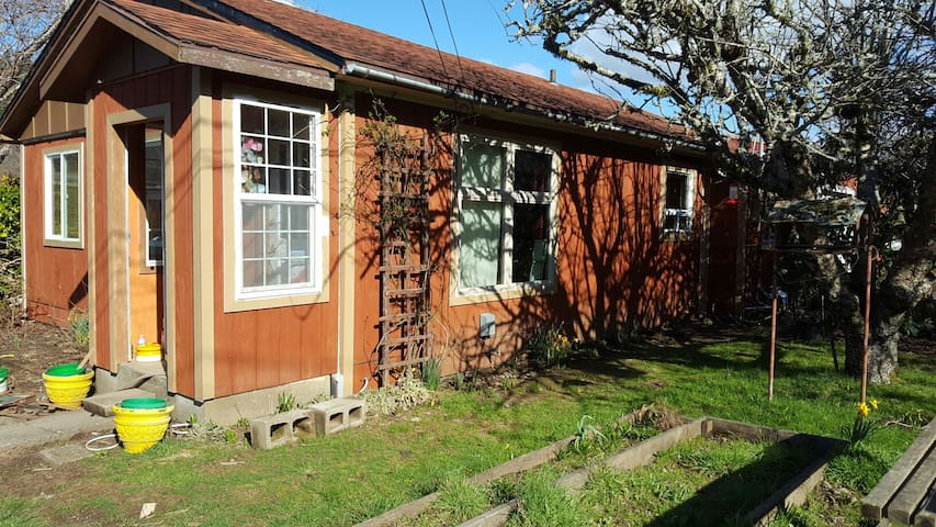 Sunny and Cozy Cottage on Elk River Road - Port Orford - House