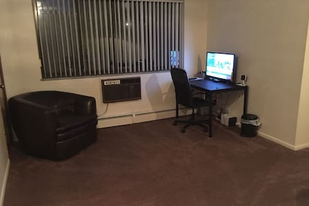 ENTIRE APT - 10MIN FROM ARPT -FREE SHUTTLE/RENTAL - Cleveland - Appartement
