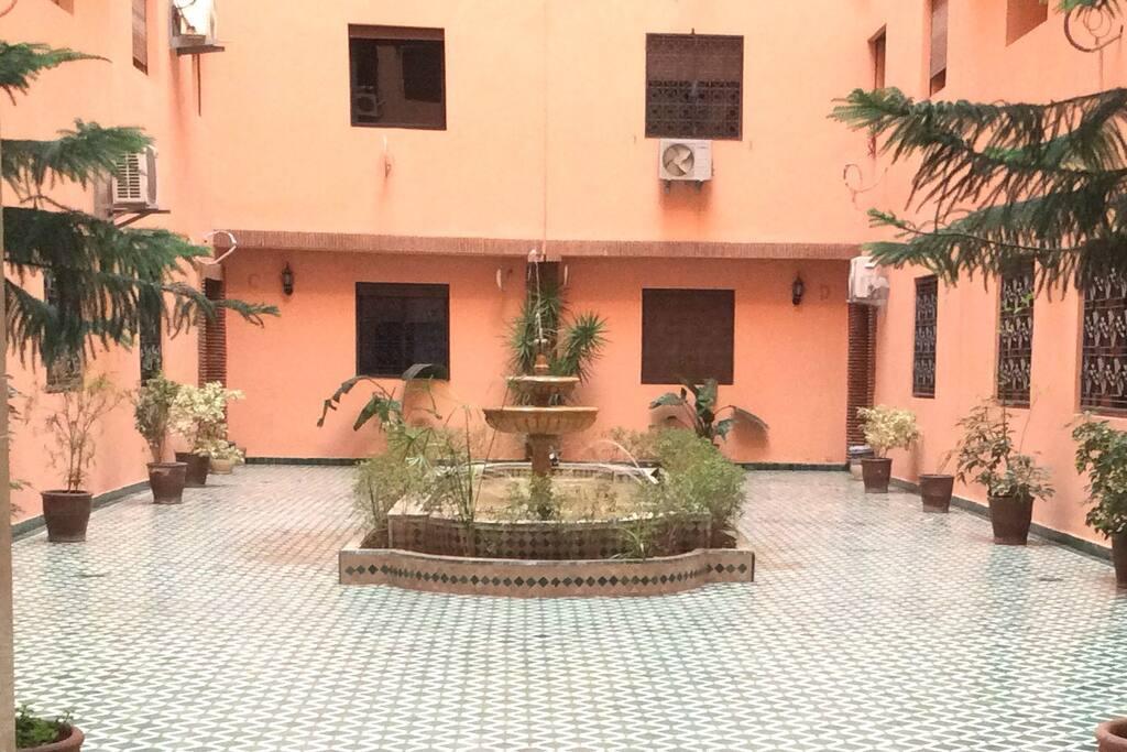 Cour à l'entrée de l'immeuble