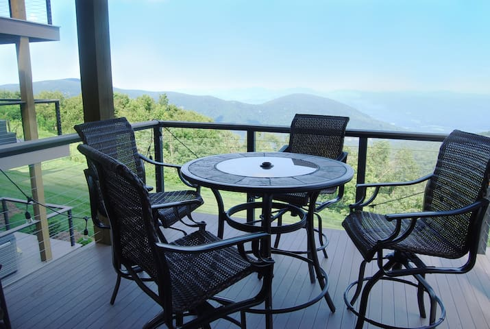 ★ Spectacular Views + Quick Access to Hiking ★