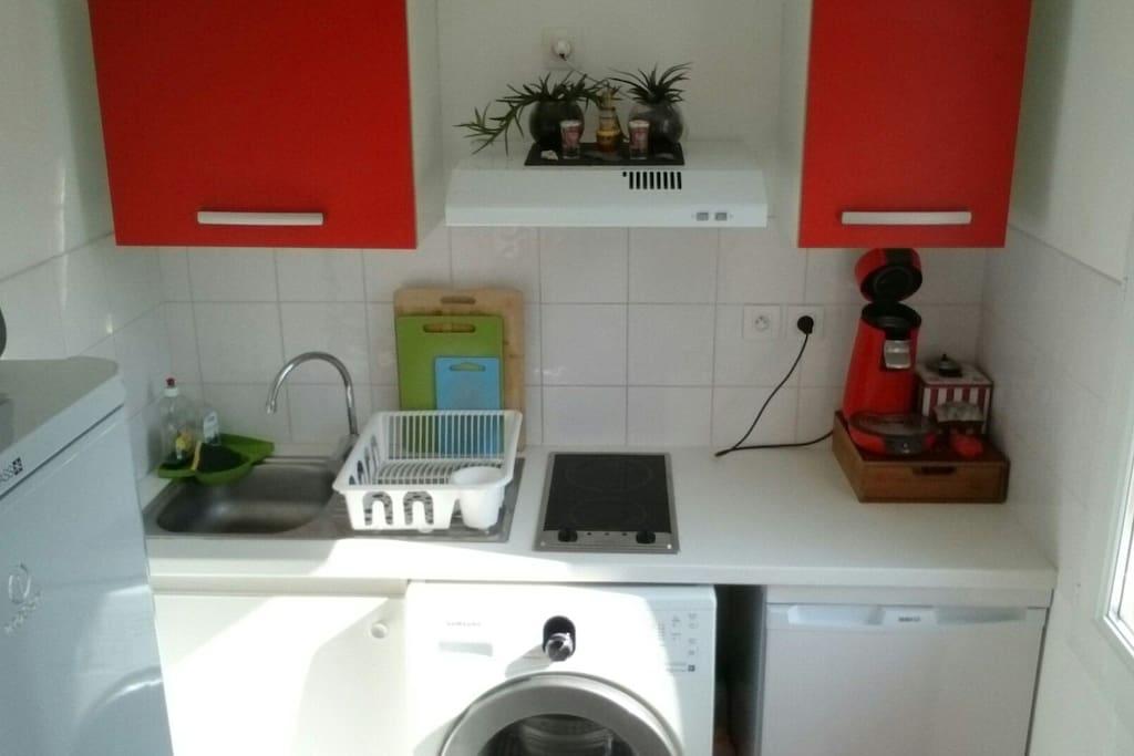 cuisine équipée senseo, casseroles, poêles et tout le nécessaire pour cuisiner + lave linge