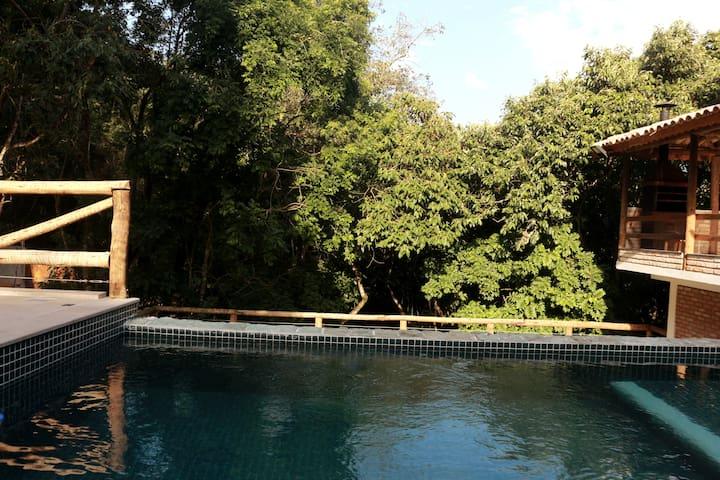 piscina de borda infinita com água de nascente