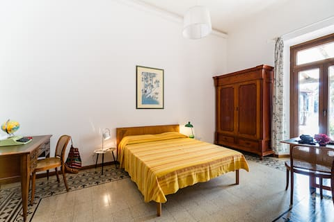 Room with terrace in the centre of town